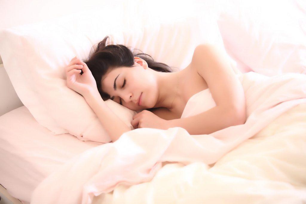 Waarom je op je zij moet slapen